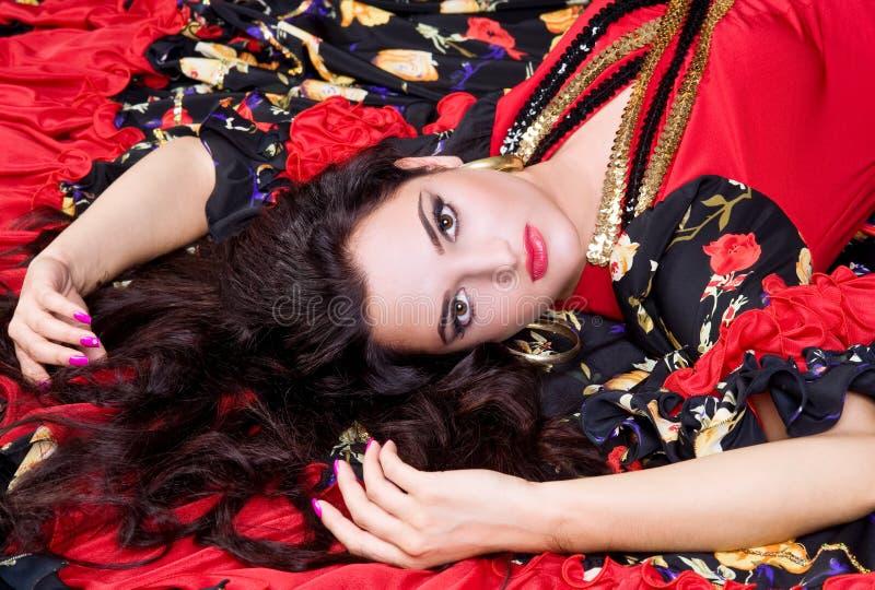 Mulher bonita com o batom vermelho que encontra-se para baixo foto de stock