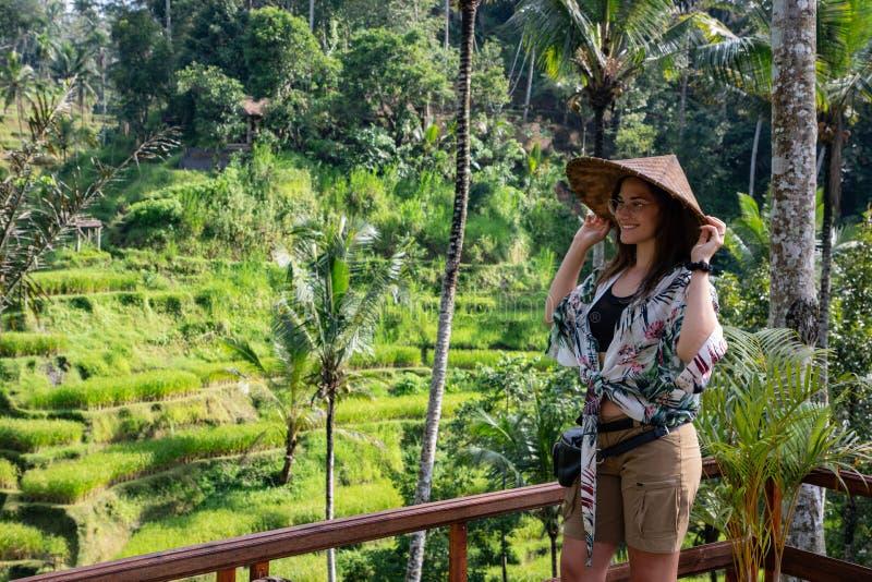 Mulher bonita com o chapéu asiático no terraço do arroz em Bali & em x28; Indonésia imagens de stock royalty free