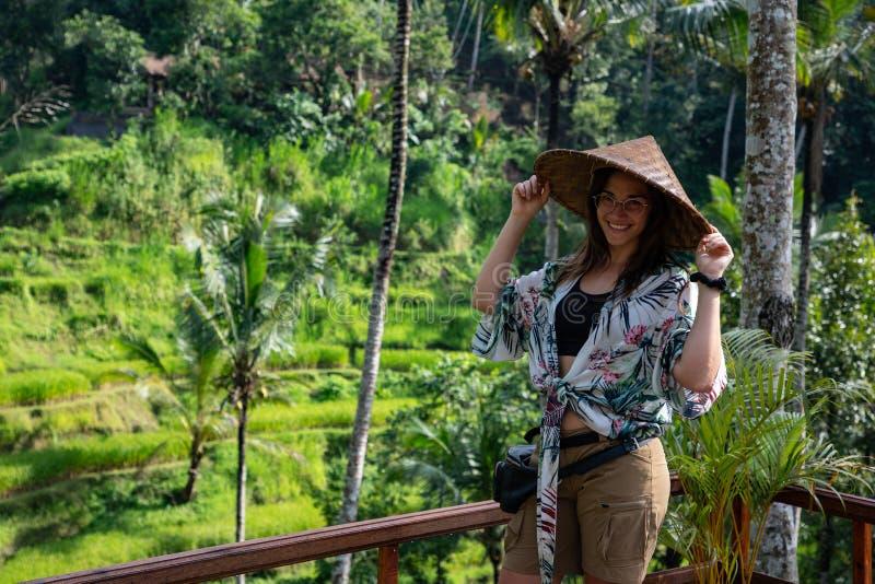 Mulher bonita com o chapéu asiático no terraço do arroz em Bali & em x28; Indonésia foto de stock royalty free