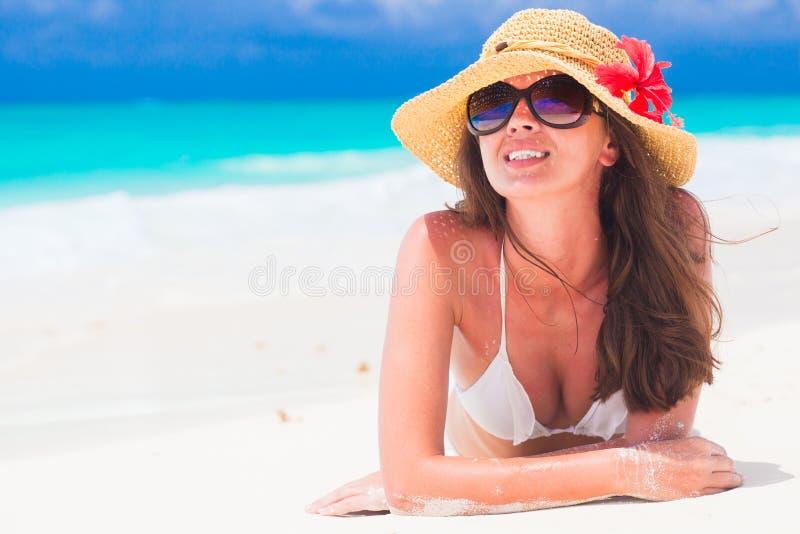 Mulher bonita com o chapéu e a flor do sol que têm o divertimento imagem de stock