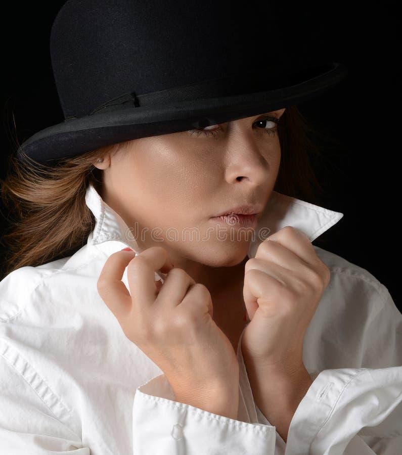 Mulher bonita com o chapéu no preto imagens de stock royalty free