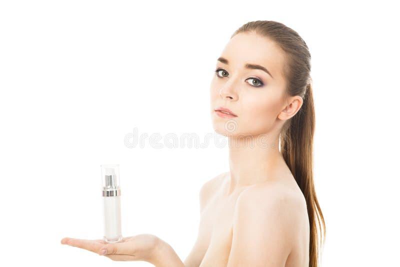 Mulher bonita com o creme de cara isolado fotografia de stock royalty free