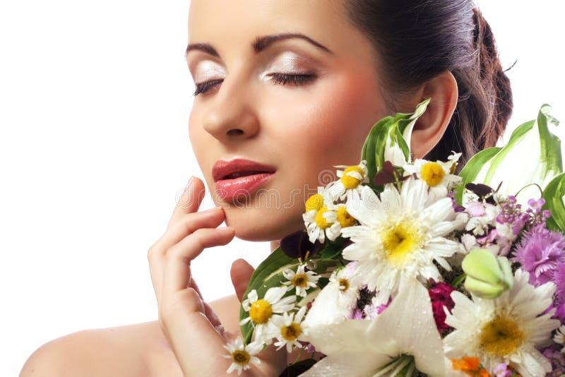 Mulher bonita com o ramalhete de flores diferentes fotografia de stock