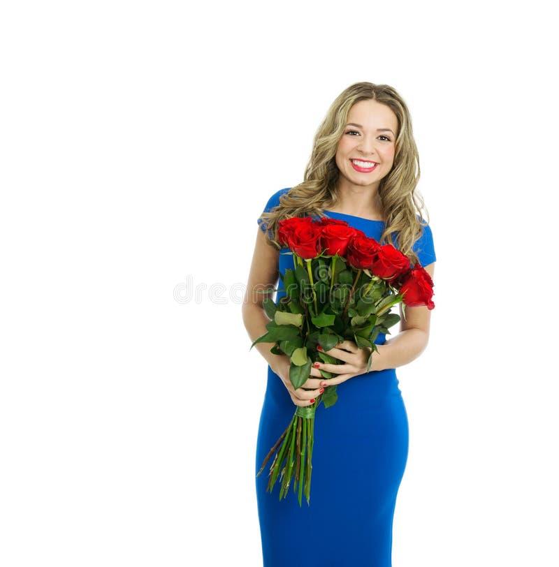 Mulher bonita com o ramalhete de rosas vermelhas imagens de stock royalty free