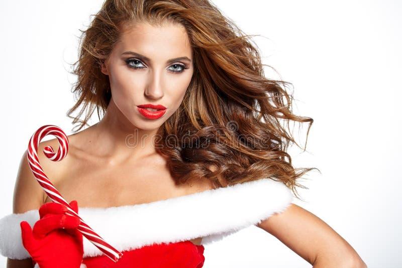 Mulher bonita com o traje de Santa que guarda o Natal vermelho-branco fotos de stock royalty free