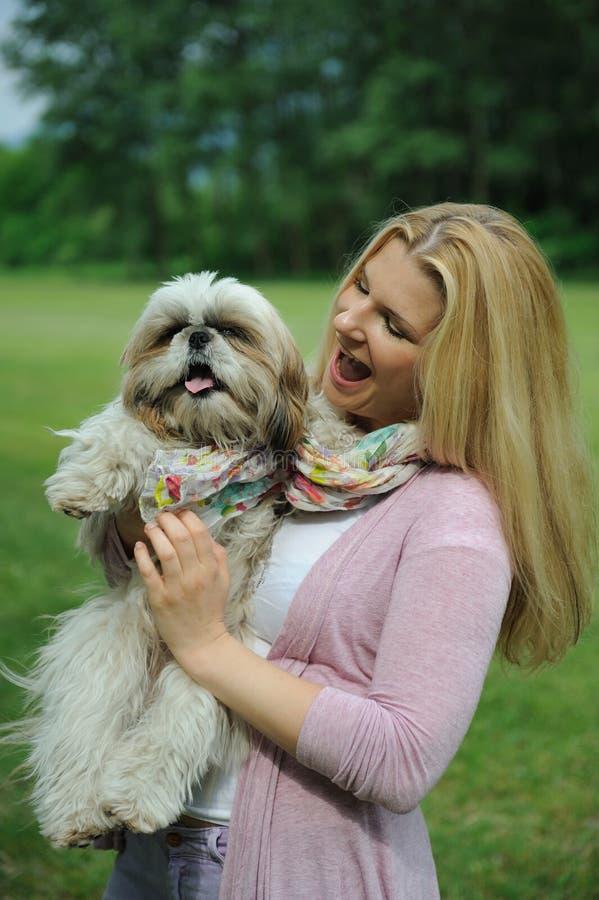 A mulher bonita com o tzu bonito do shih persegue ao ar livre fotos de stock royalty free