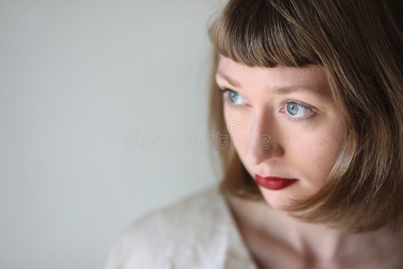 Mulher bonita com olhos azuis e batom vermelho fotos de stock royalty free