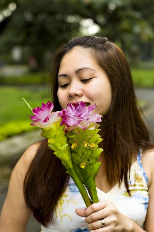 Mulher bonita com orquídeas à terra imagens de stock