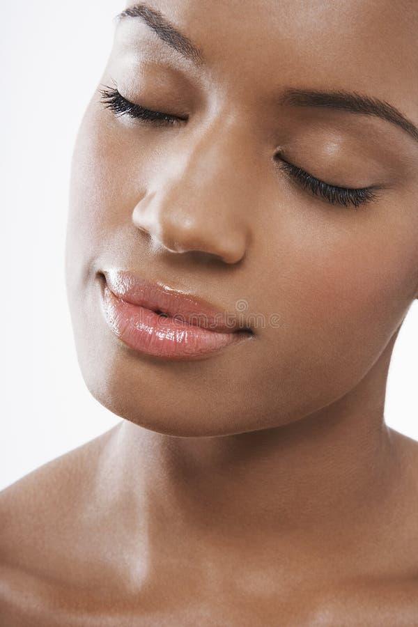 Mulher bonita com os olhos fechados foto de stock royalty free