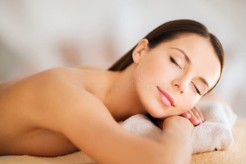 Mulher bonita com os olhos fechados nos termas foto de stock royalty free