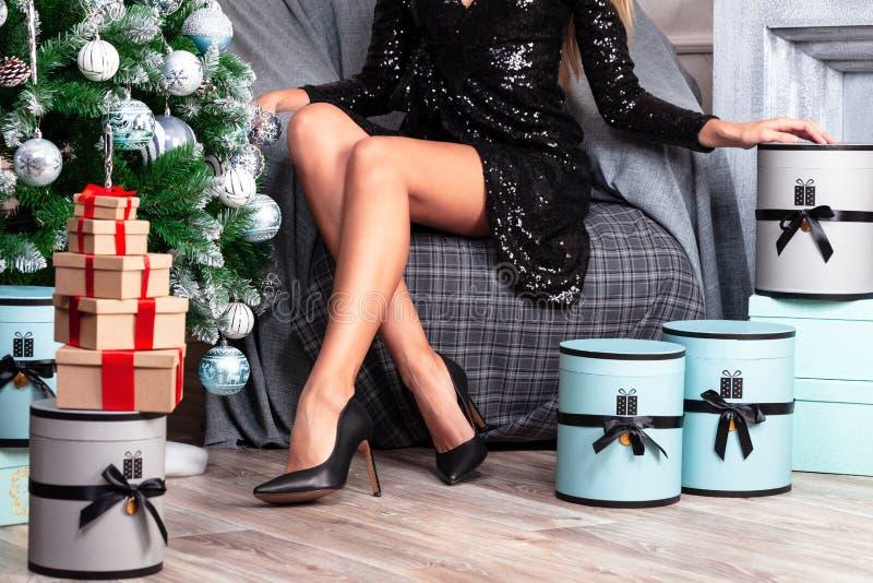 Mulher bonita com pés magros longos no vestido preto 'sexy' fotos de stock
