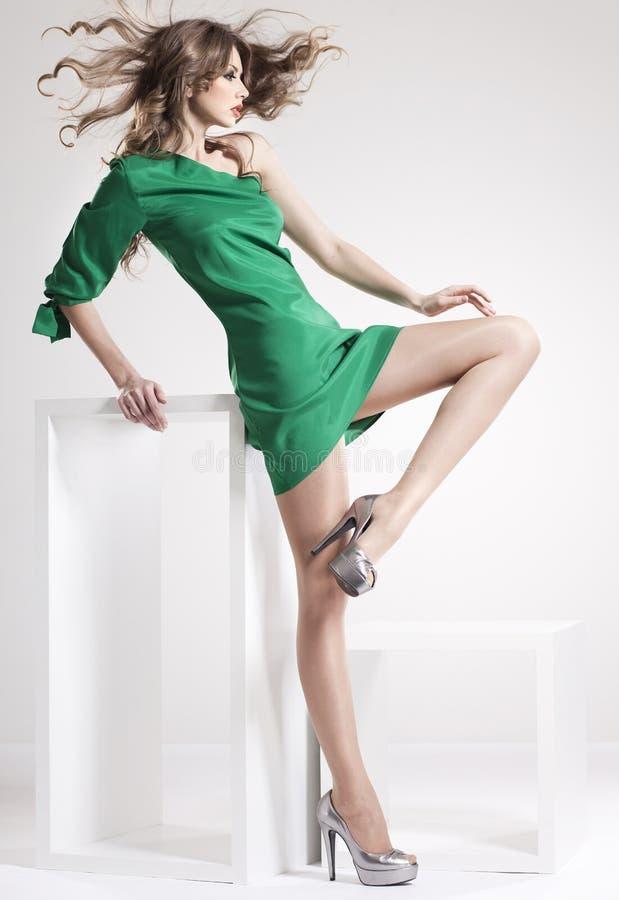 A mulher bonita com pés 'sexy' longos vestiu elegante fotos de stock