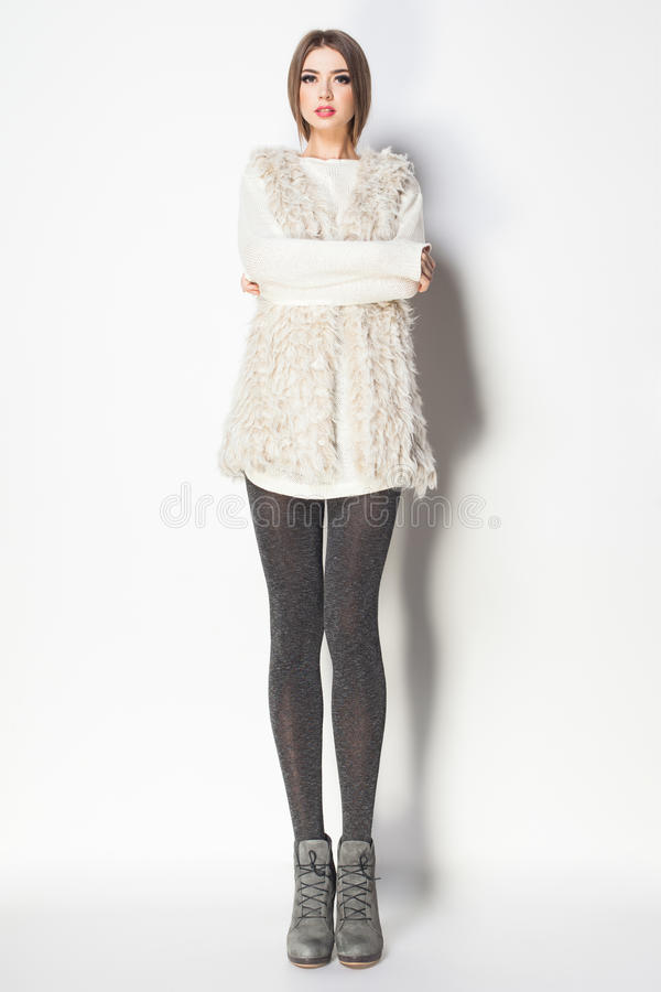 A mulher bonita com pés 'sexy' longos vestiu o levantamento elegante no th imagens de stock