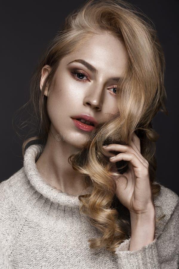 A mulher bonita com pele e cabelo saudáveis ondula, levantando no estúdio Face da beleza imagens de stock