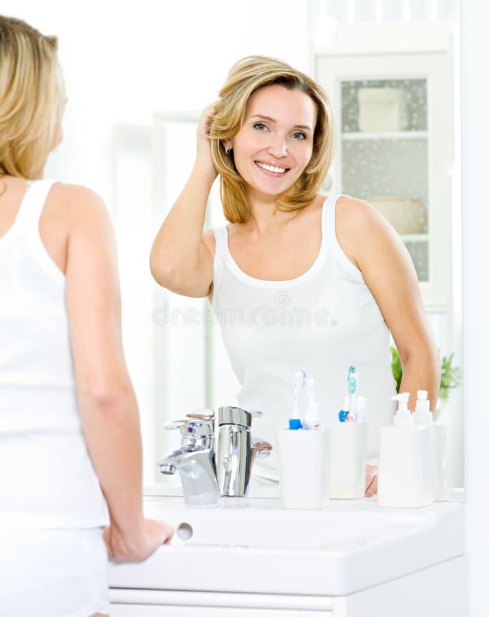 Mulher bonita com pele fresca da face fotografia de stock royalty free