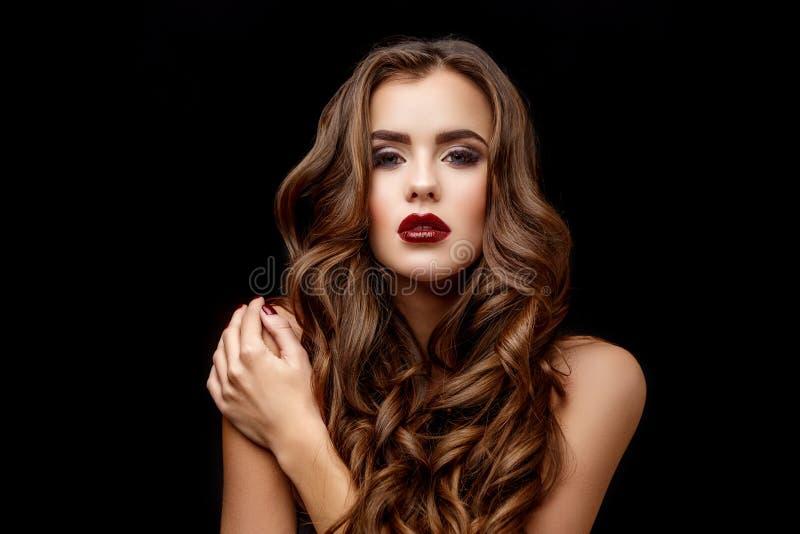 Mulher bonita com pele fresca limpa e cabelo encaracolado saudável imagens de stock