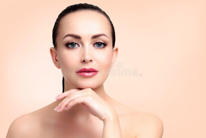 Mulher bonita com pele limpa e fresca imagem de stock