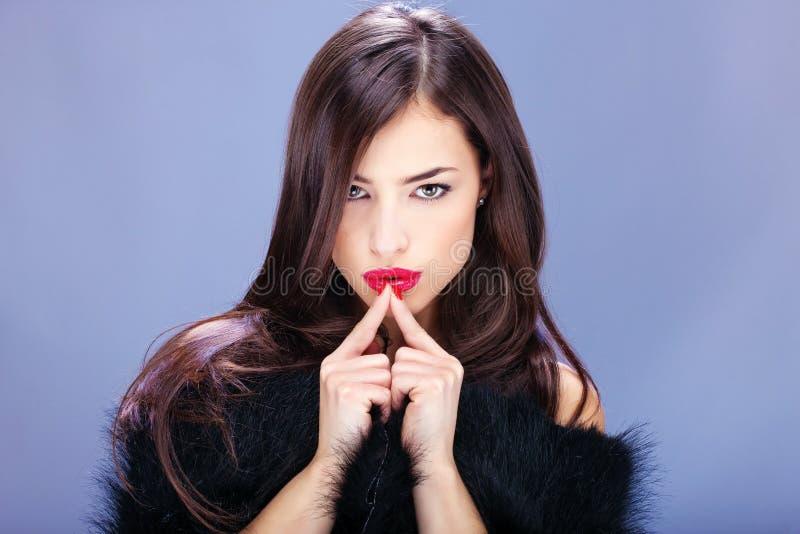 Mulher bonita com pelt fotografia de stock
