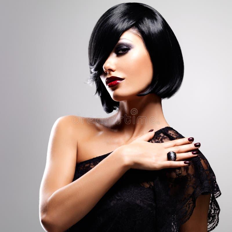 Mulher bonita com penteado do tiro fotografia de stock
