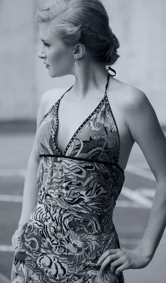 Mulher bonita com penteado extravagante imagem de stock