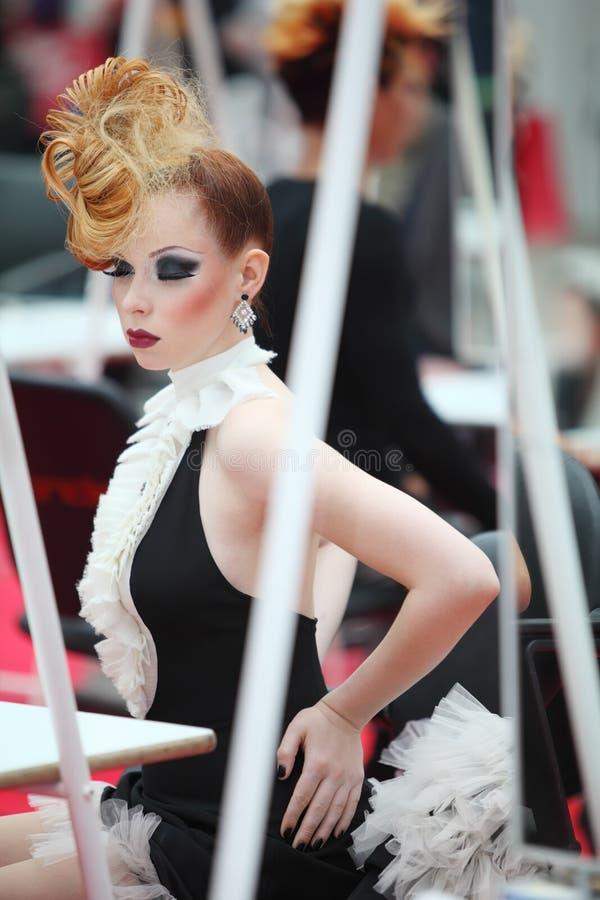 Mulher bonita com penteado incomun imagens de stock royalty free