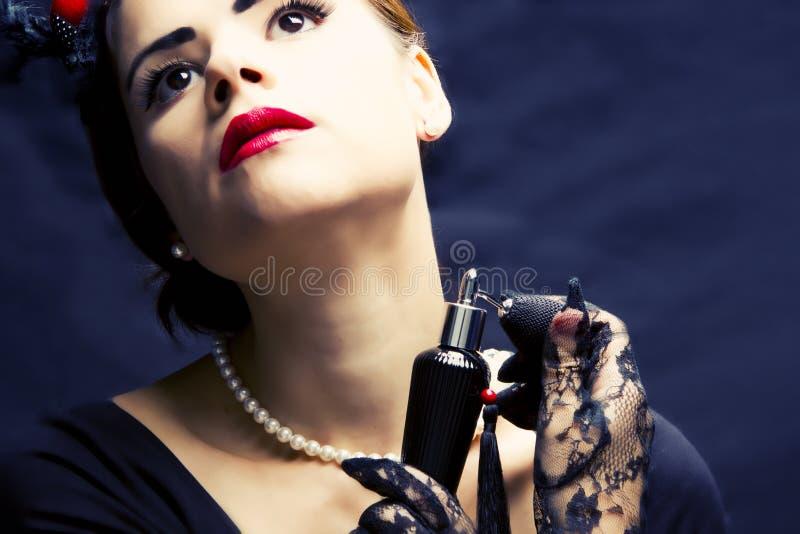 Mulher bonita com perfume fotografia de stock royalty free