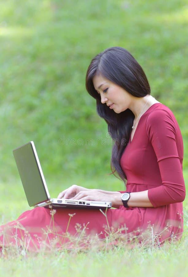 Mulher bonita com portátil imagem de stock royalty free