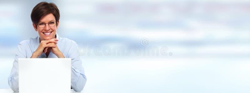 Mulher bonita com portátil fotografia de stock