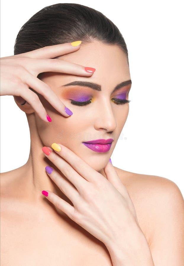 Mulher bonita com pregos multicoloridos e composição da forma foto de stock royalty free