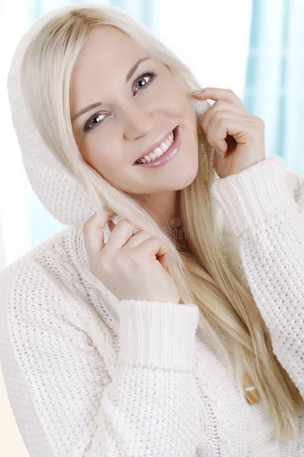 Mulher bonita com pulôver do inverno foto de stock royalty free