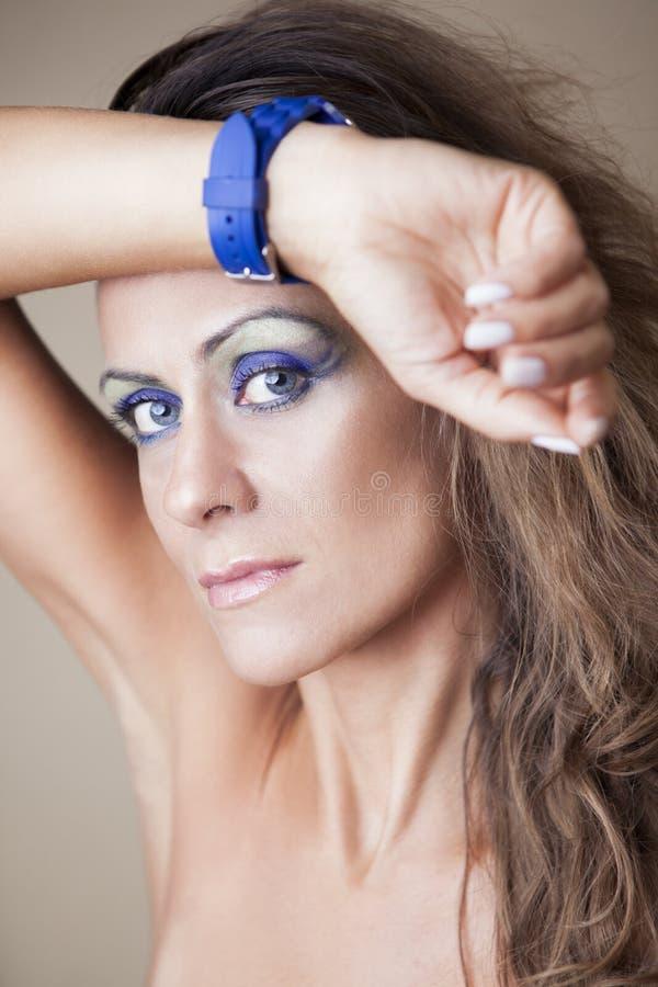 Mulher bonita com relógio foto de stock