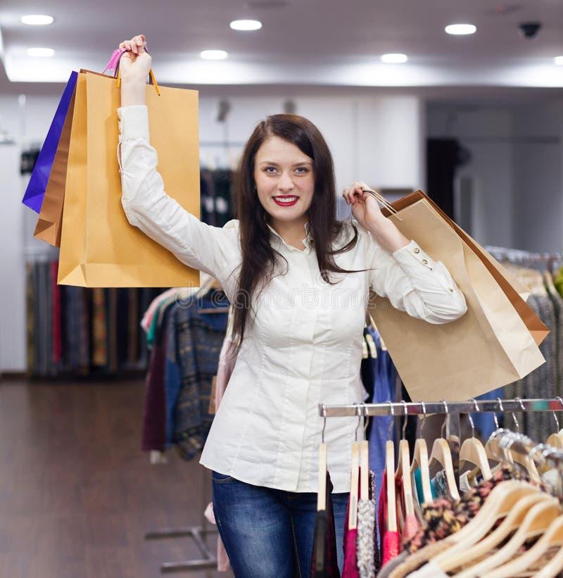 Mulher bonita com sacos de compras fotografia de stock