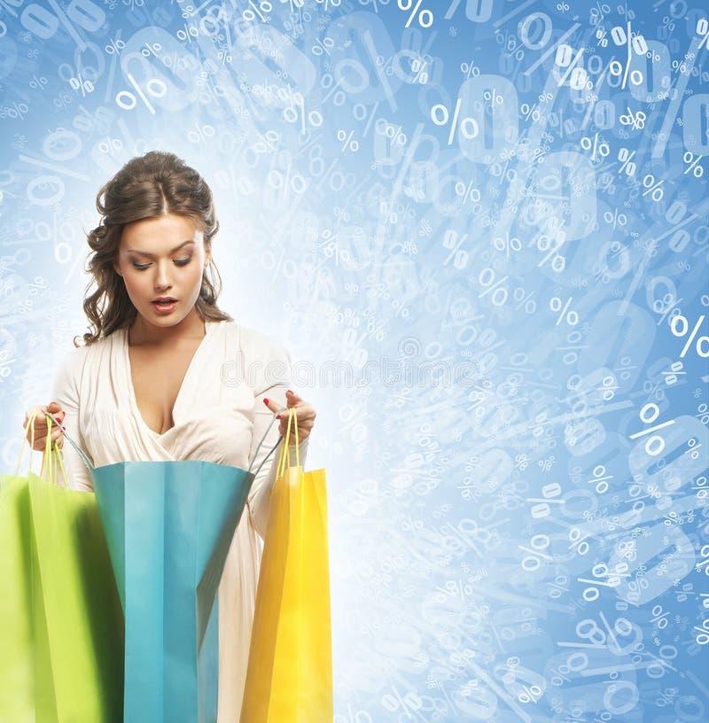 Mulher bonita com sacos de compras coloridos foto de stock royalty free