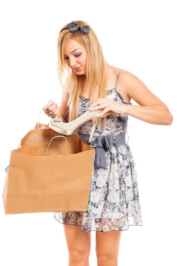Mulher bonita com sapata e saco de compra imagem de stock royalty free