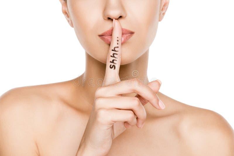 Mulher bonita com shh o símbolo, isolado no branco imagem de stock