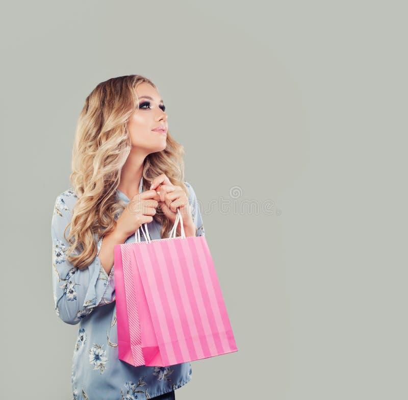 Mulher bonita com sonho dos sacos de compras imagem de stock royalty free