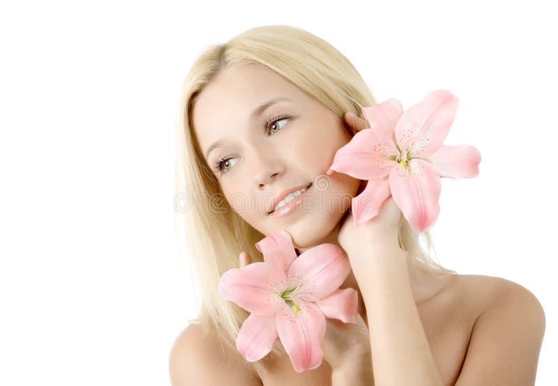 Mulher bonita com sorriso cor-de-rosa do lírio fotografia de stock royalty free