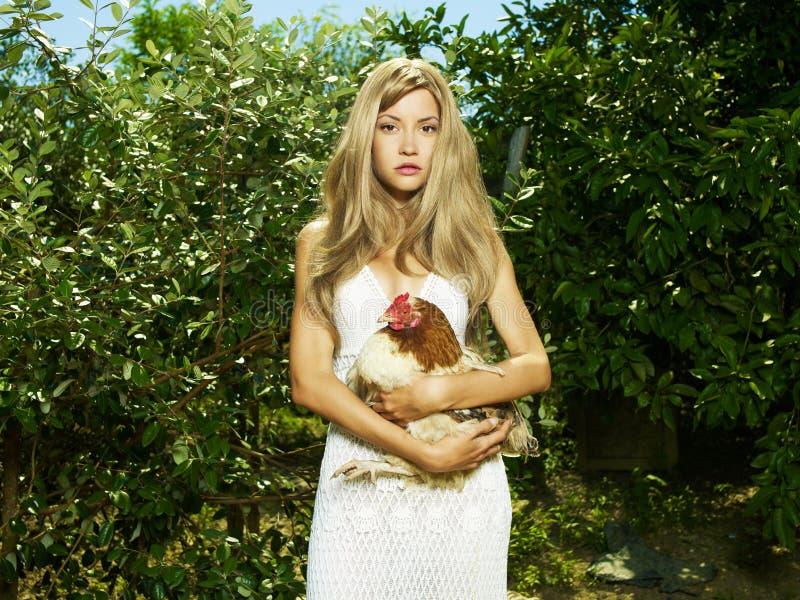 Mulher bonita com um animal de estimação - galinha fotos de stock