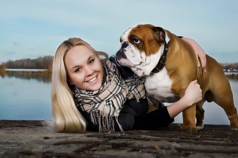 Mulher bonita com um cão imagens de stock