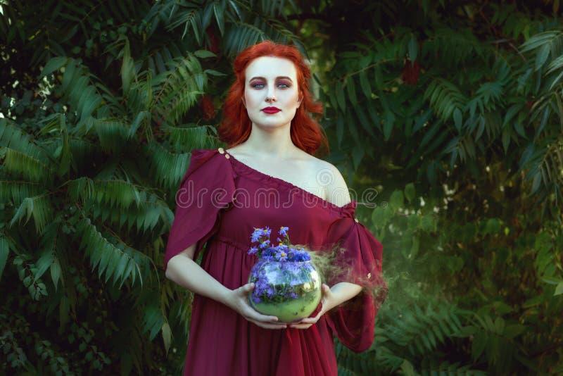 Mulher bonita com um curandeiro fotos de stock royalty free