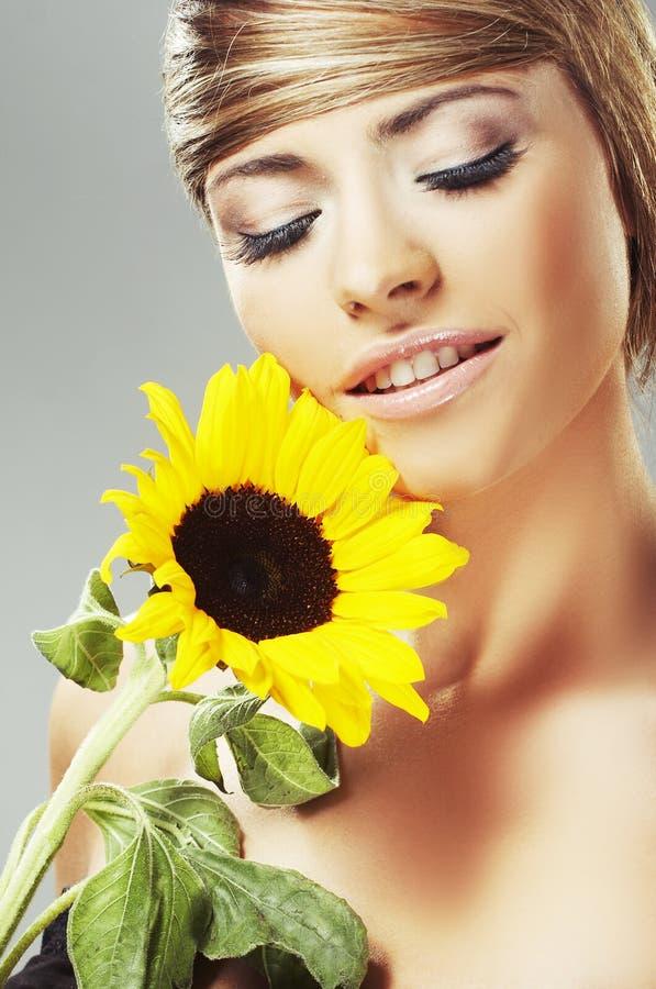 Mulher bonita com um girassol fotografia de stock royalty free