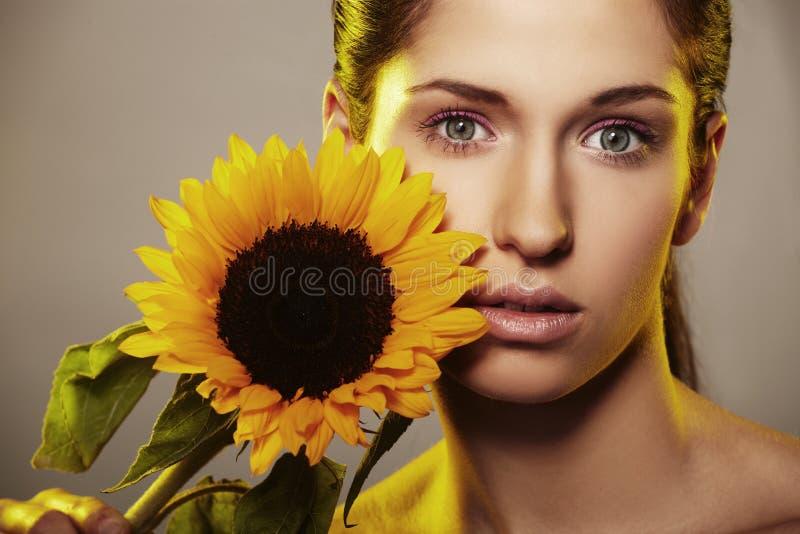 Mulher bonita com um girassol imagem de stock royalty free