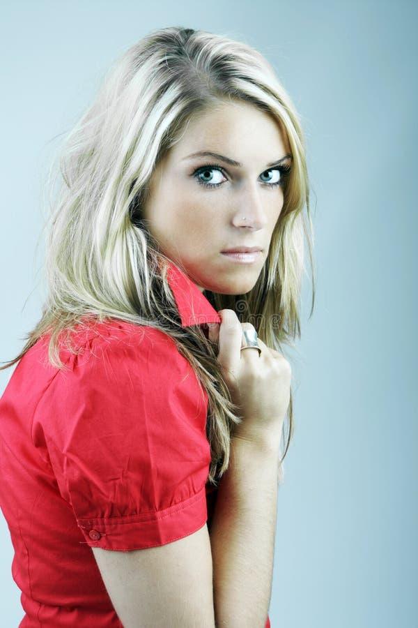 Mulher bonita com um olhar irritado suspeito foto de stock royalty free