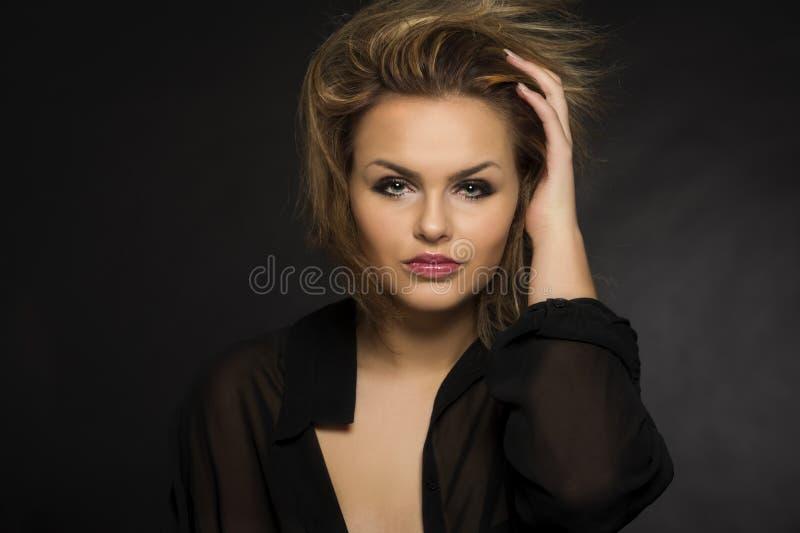 Mulher bonita com um penteado windblown fotos de stock