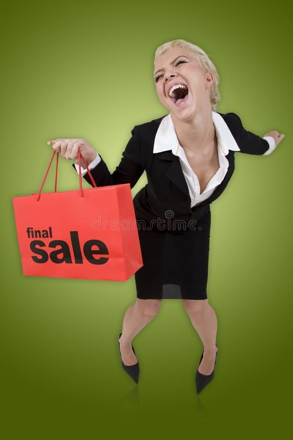 Mulher bonita com um saco de compra final da venda fotos de stock royalty free
