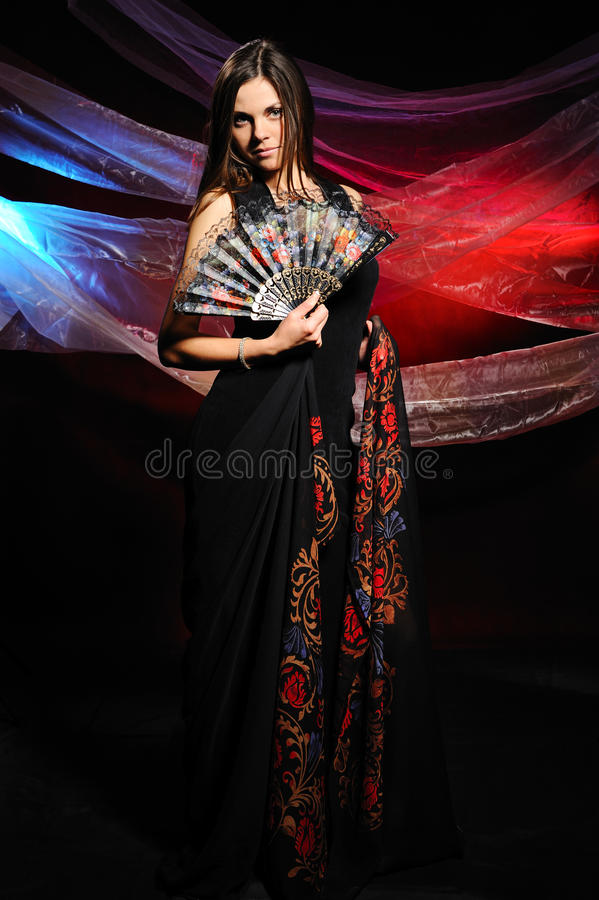 A mulher bonita com um xaile foto de stock