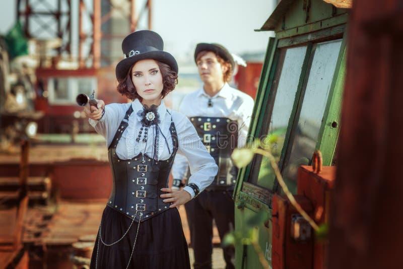 Mulher bonita com uma arma em sua mão fotografia de stock royalty free