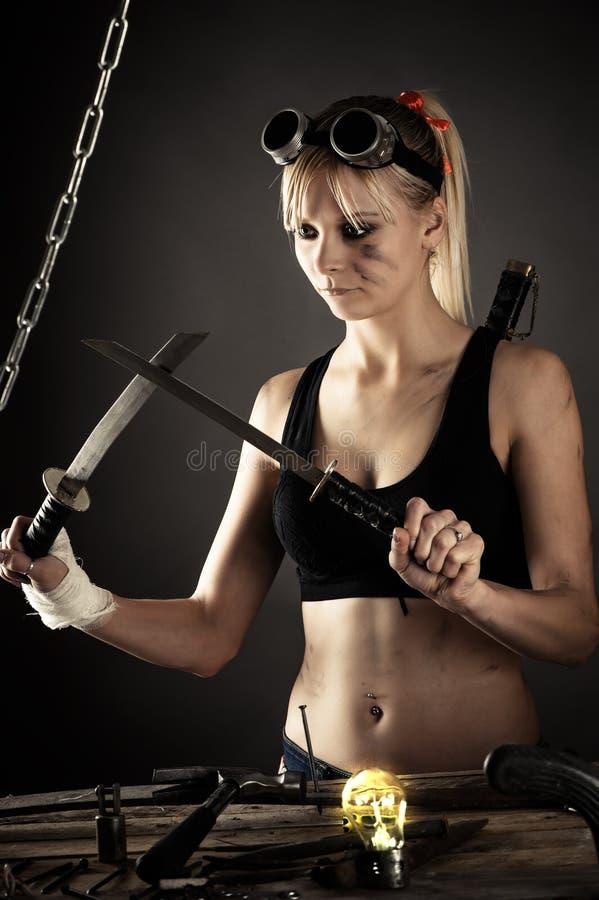 Mulher bonita com uma espada imagem de stock