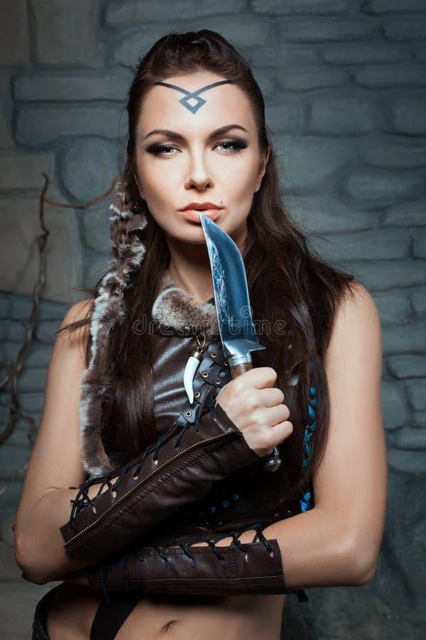 Mulher bonita com uma faca imagem de stock
