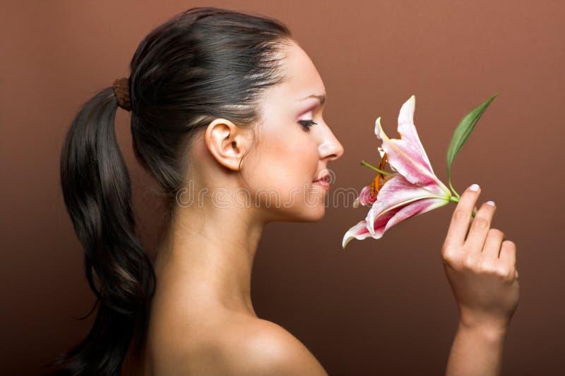 Mulher bonita com uma flor foto de stock royalty free